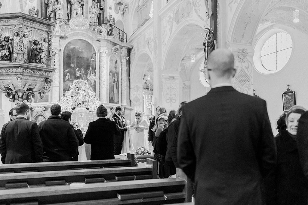 Brautpaar und Gesellschaft macht sich zum Auszug aus der Kirche bereit