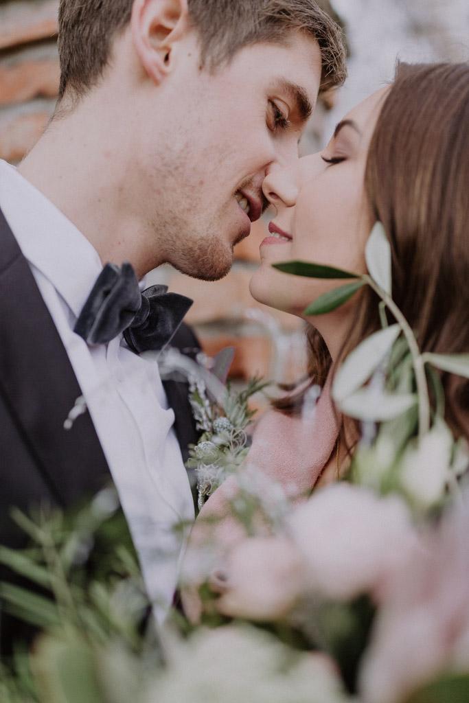 Detailfoto der Samtschleife mit Brautpaar