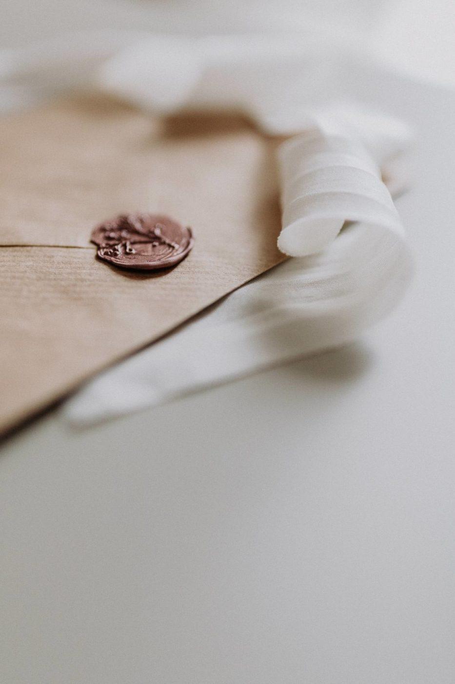 Detailaufnahme eines Gutscheins mit Siegel
