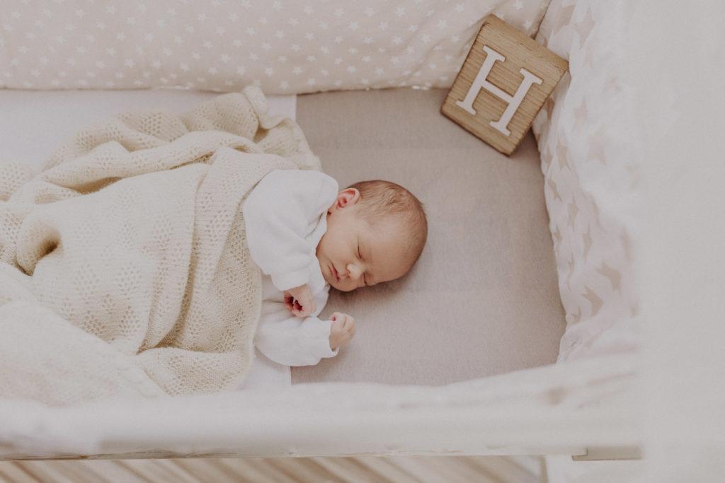 Newborn Mädchen Helene in ihrer Wiege