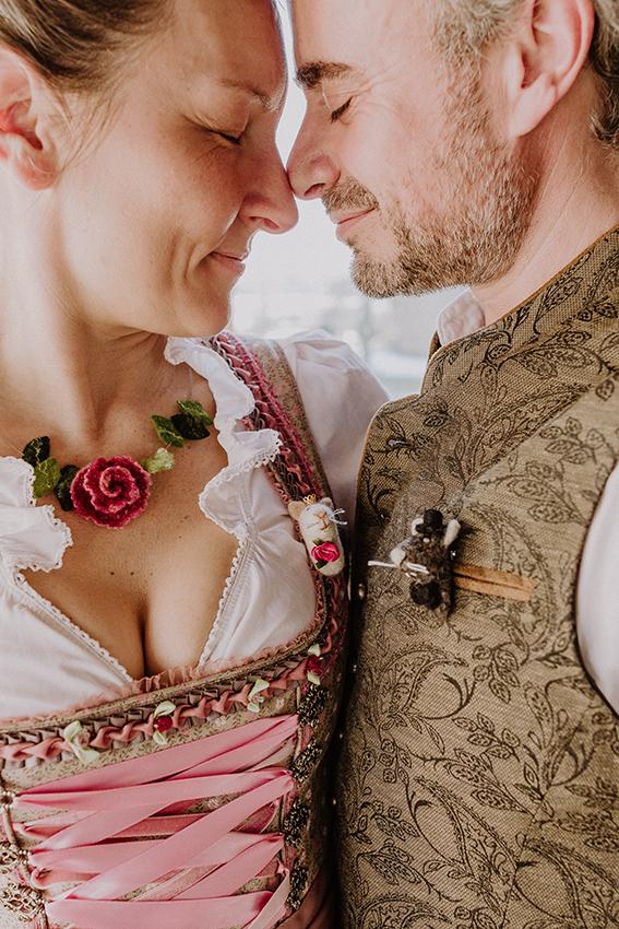Detailaufnahme eines Paares mit Filz Braut und Bräutigam Maus