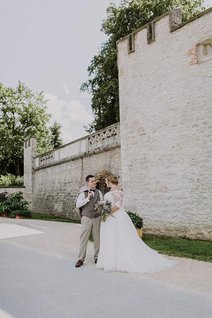 Brautpaar vor den Toren des Villaparkes