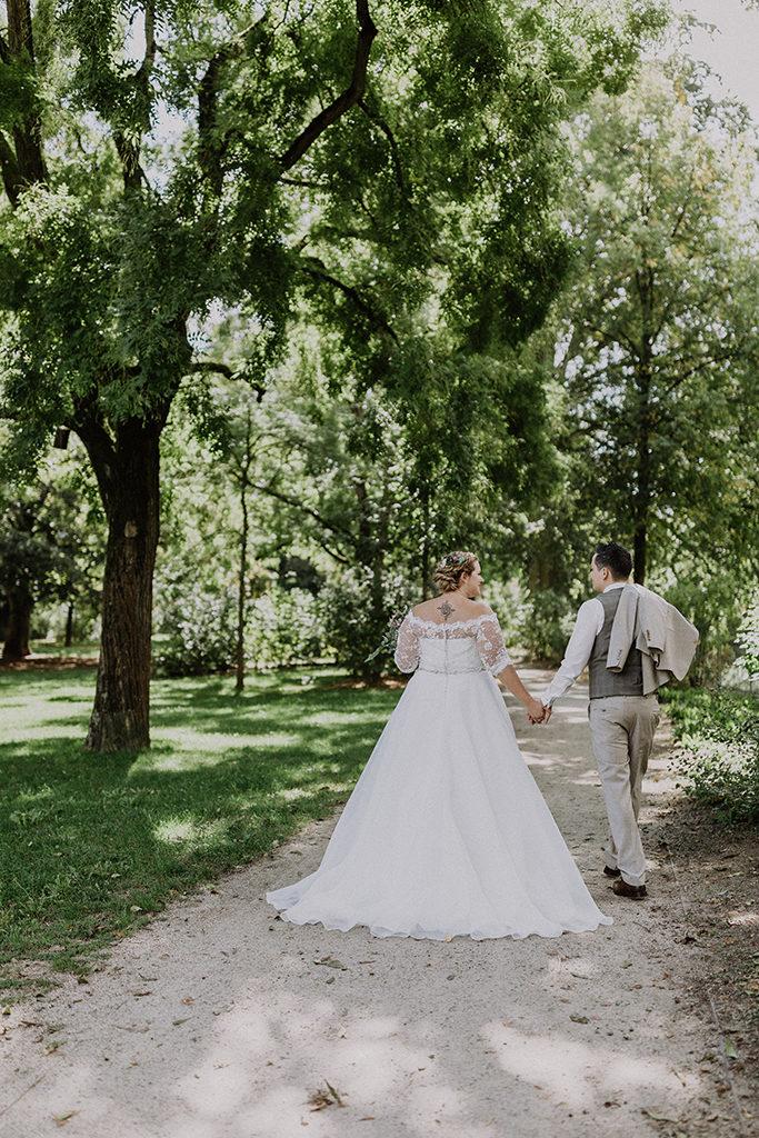 Brautpaar gehend im Grünen des Villaparkes