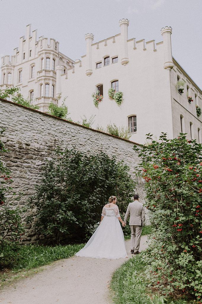 Brautpaar von hinten gehend im Villapark