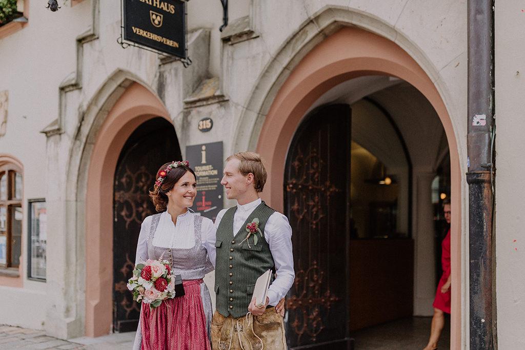 Das Braupaar blickt sich glücklich vor dem Standesamt in Landshut in die Augen