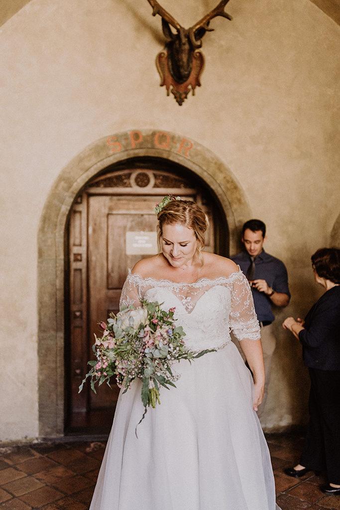 Braut blick auf ihren Brautstrauß