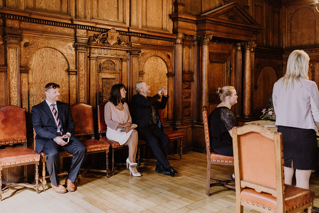 Hochzeitsgäste im Trauzimmer