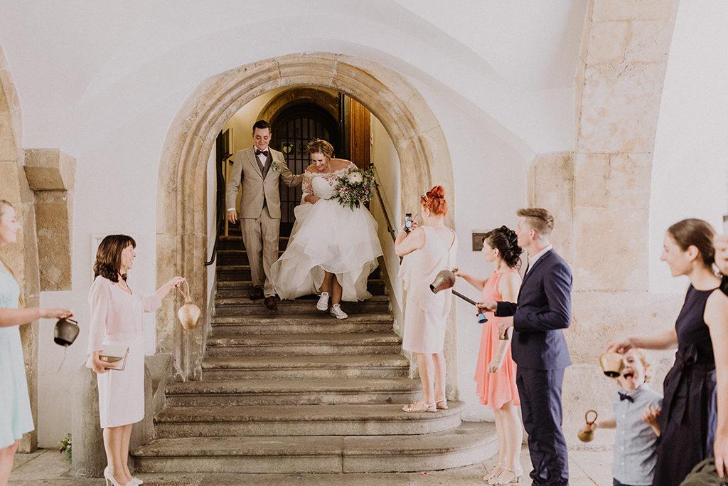 Braut und Bräutigam kommen aus dem Trauzimmer und werden empfangen