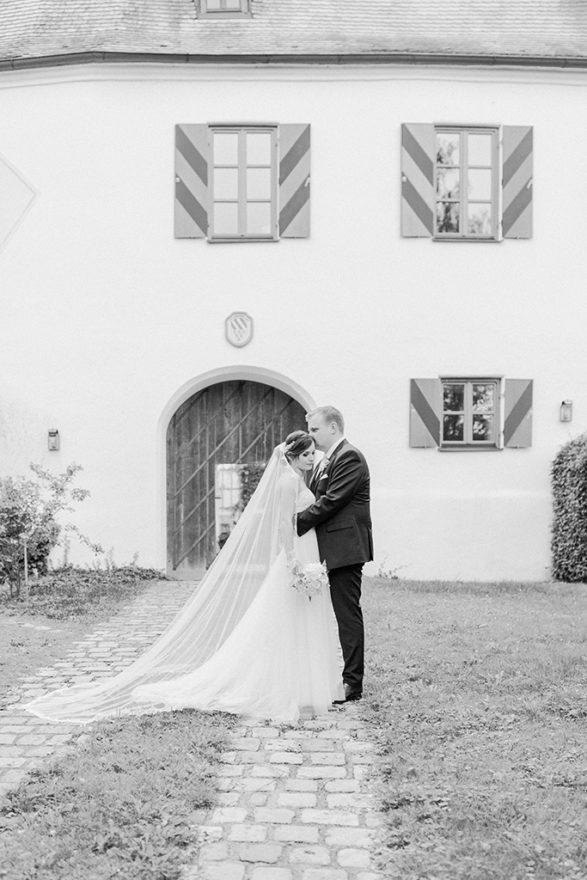 Brautpaar vor dem schönen Schloss