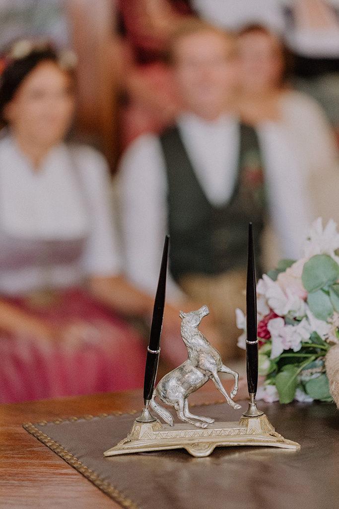Detail Aufnahme des Kugelschreibers im Standesamt