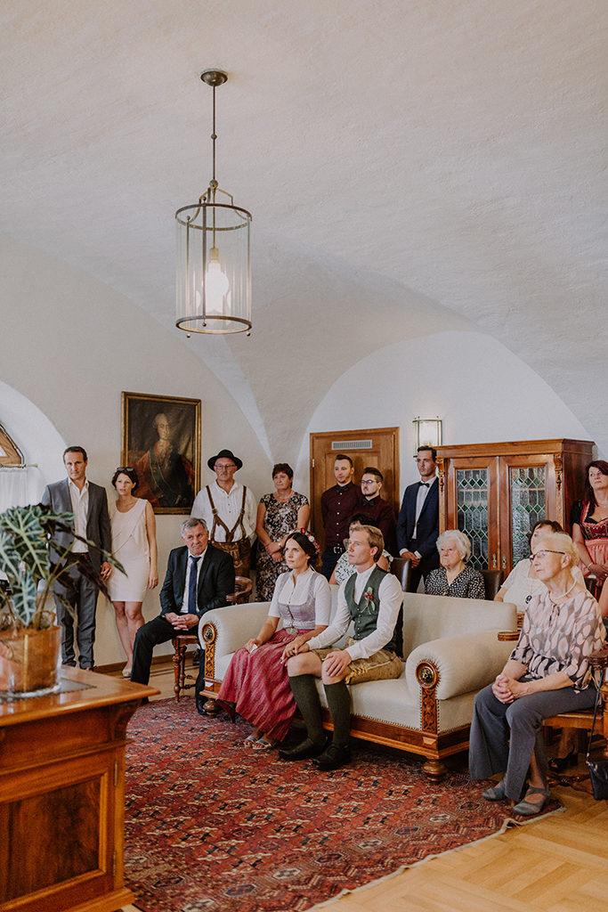 Überblick der Hochzeitsgesellschaft während dem Standesamt
