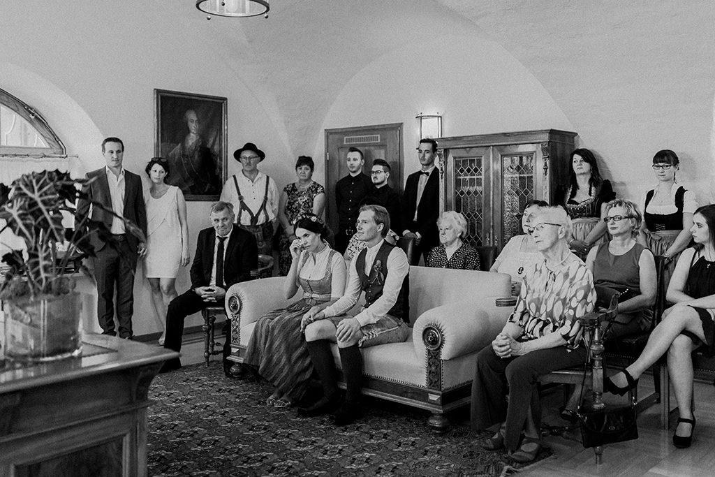 Im Trauungszimmer des Rathauses mit Emotionen der Braut