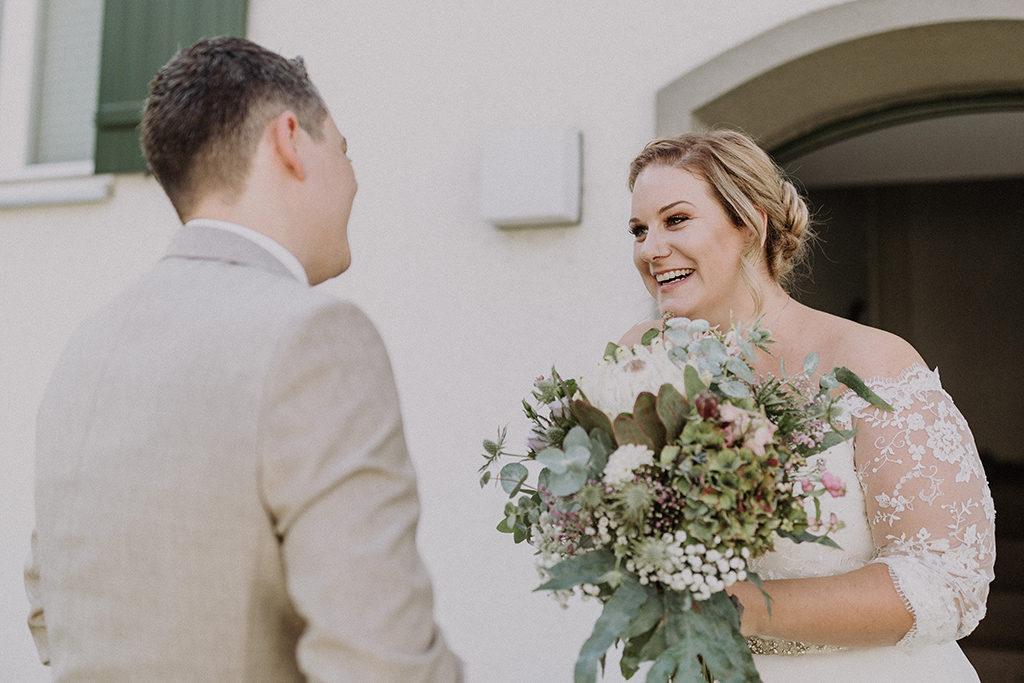 Braut und Bräutigam sehen sich das erste Mal