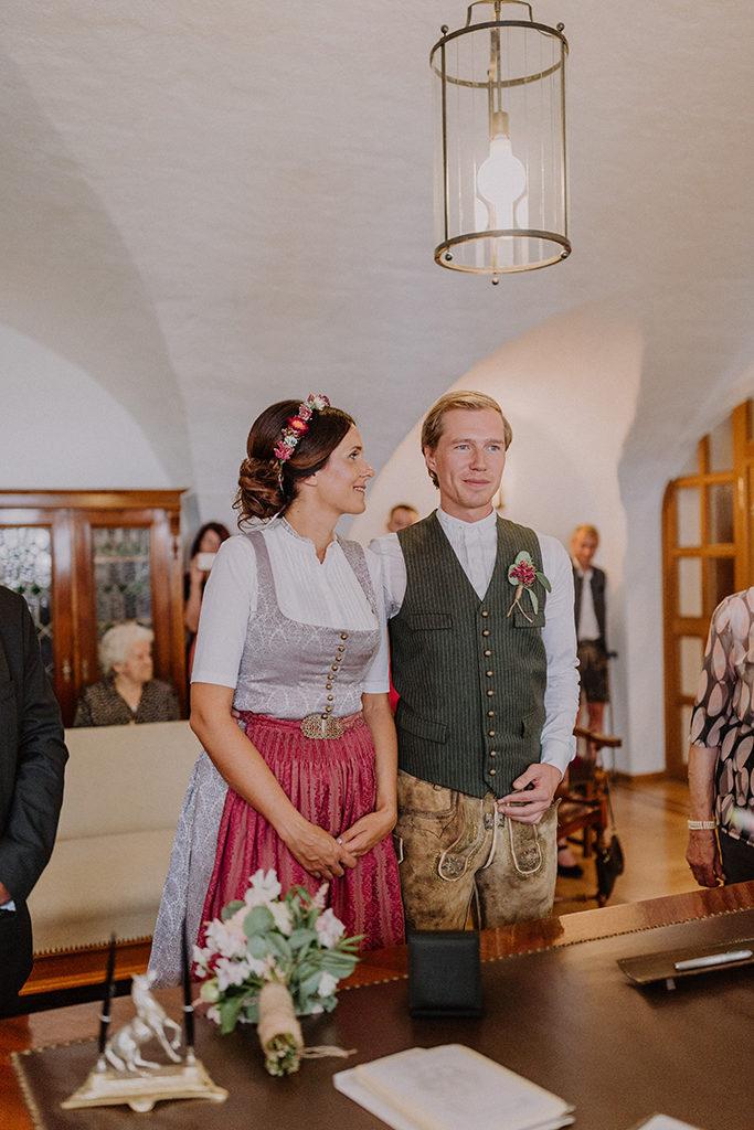 Braut blickt während der Trauung ihren Mann liebevoll an
