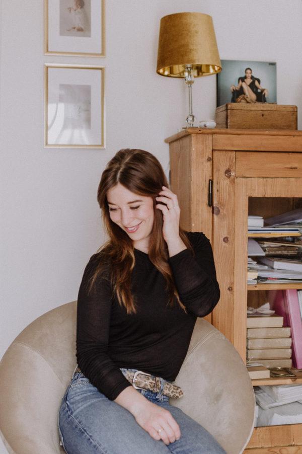 Julia Adlhoch mit Blick nach unten im Hochformat fotografiert