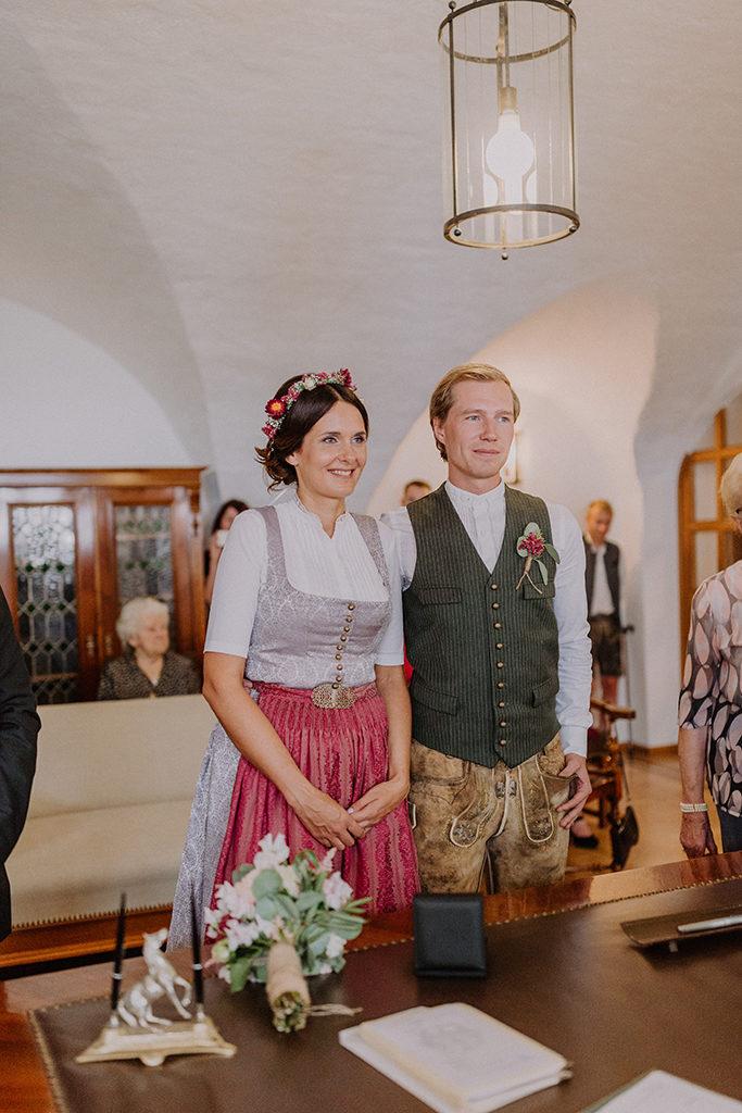 Brautpaar lächelnd währen dem Standesamt