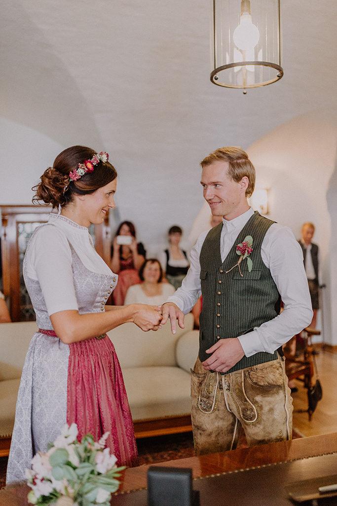 Die Braut steckt dem Bräutigam den Ring an