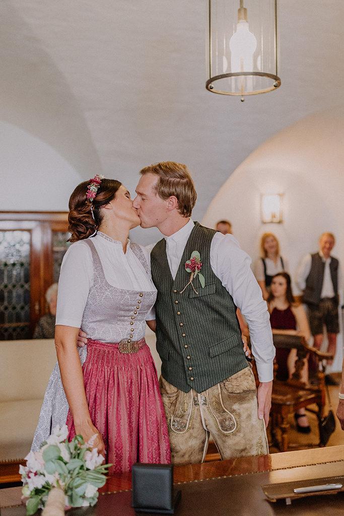 Das Brautpaar küsst sich nach dem Ja-Wort im Standesamt