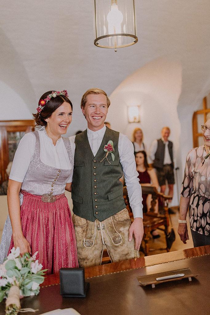 Das Brautpaar lach innig während der Trauung im Standesamt in Landshut