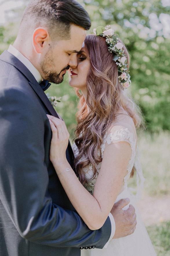 Brautpaar ganz innig an der Isar in Dingolfing