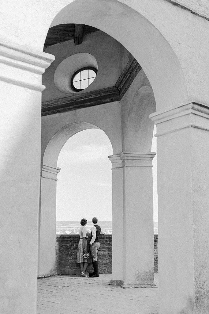 Einzigartige Kulisse auf der Burg Trausnitz auf das Brautpaar mit Gewölbeumrandung