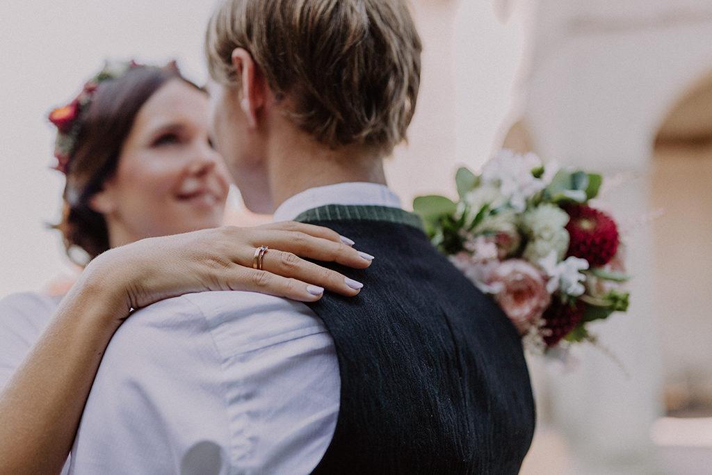 Detailfoto der Ringe der Braut an ihrer Hand
