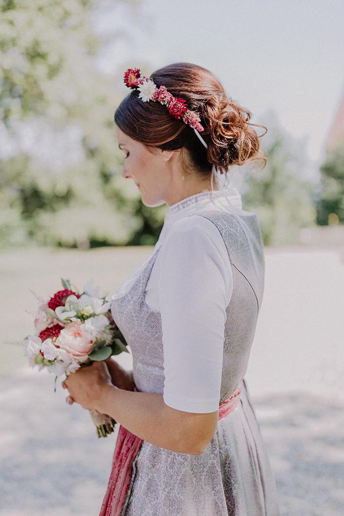 Braut Einzelportrait mit Blick auf den Haarkranz