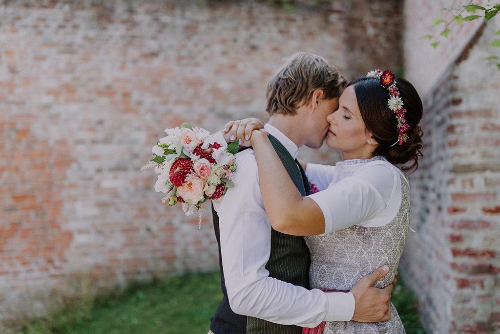 Das Braupaar umarmt sich innig während dem Portraitshooting