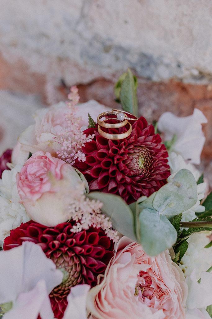 Detailaufnahme der Ringe auf dem Brautstrauß
