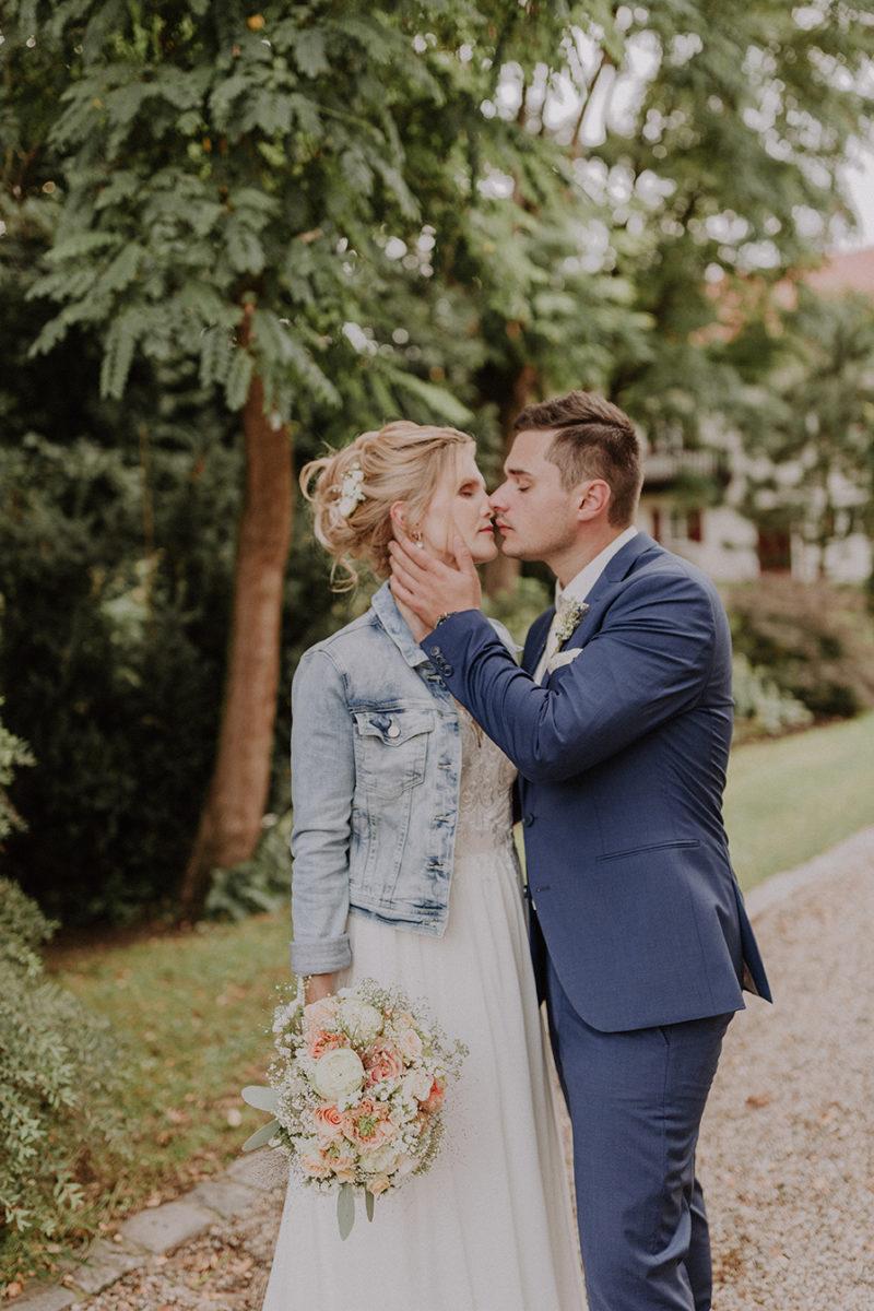 Brautpaar kurz vor dem Kuss zueinander hingedreht