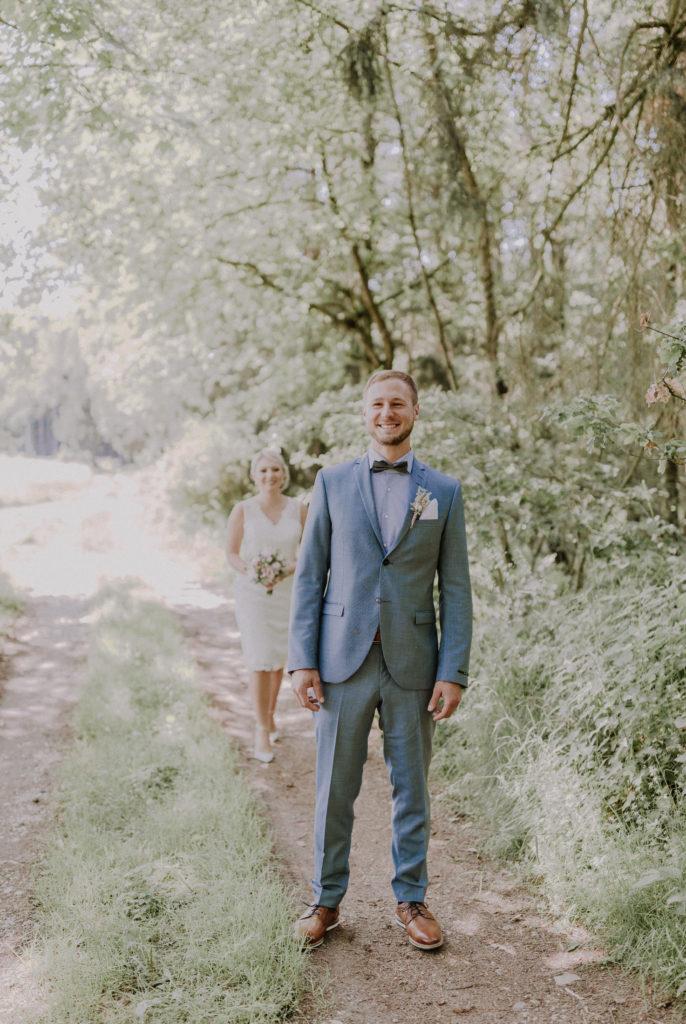 Bräutigam wartet auf seine Braut während dem First Look