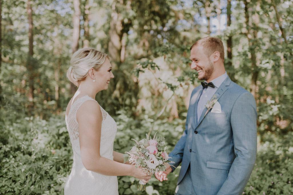 Braut und Bräutigam sehen sich das erste Mal und lachen sich an