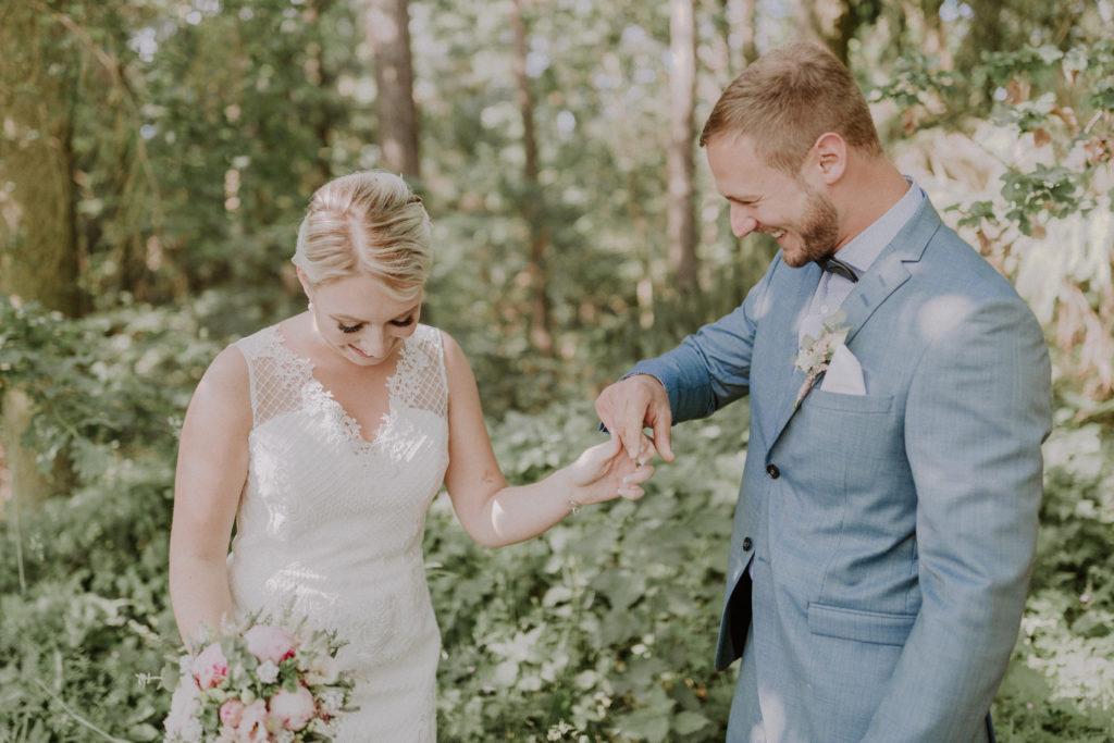 Bräutigam dreht seine Braut im Kreis um sie ganz ansehen zu können