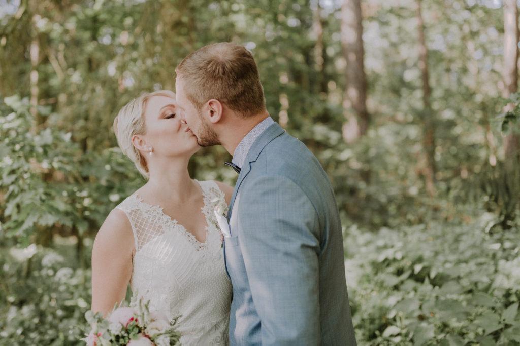 Brautpaar küsst sich während dem First Look innig