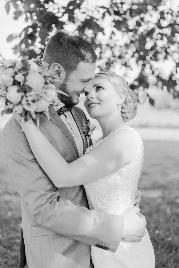 Braut und Bräutigam sehen sich tief in die Augen