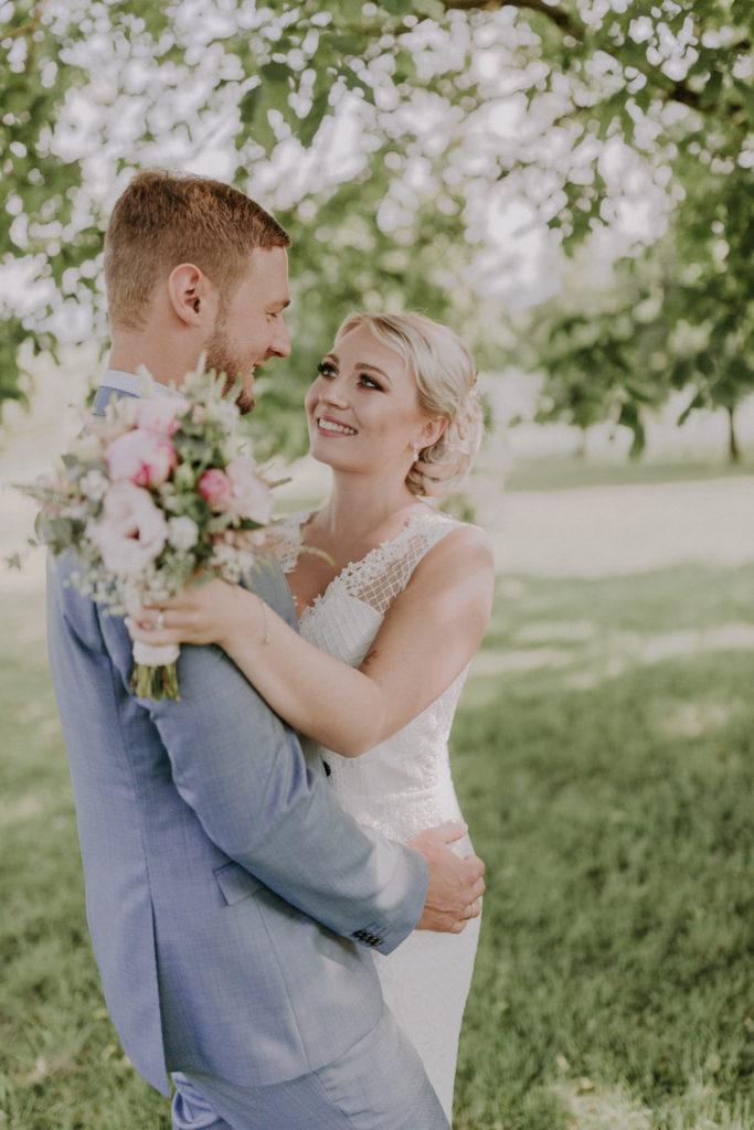 Braut und Bräutigam stehen sich gegenüber und sehen sich an