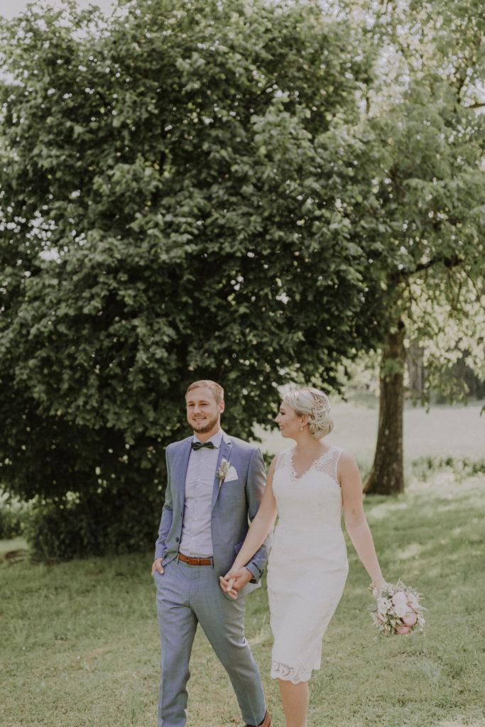 Nun sieht die Braut den Bräutigam an während sie gehen