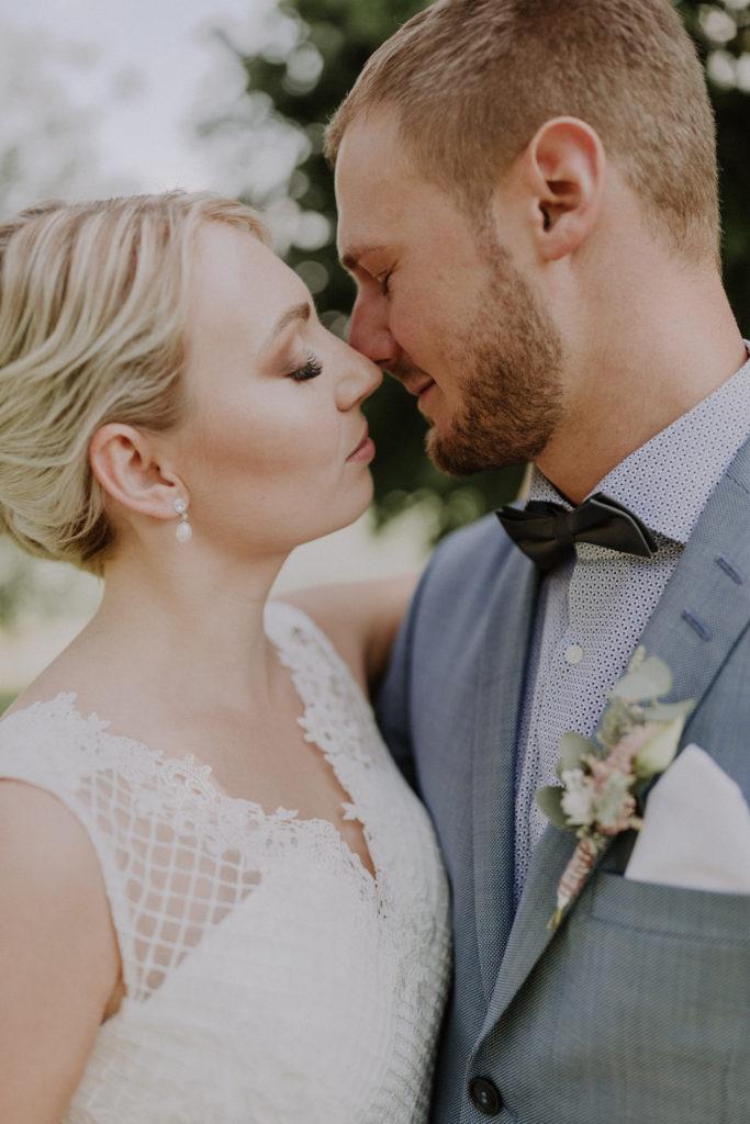 Man sieht die Köpfe vom Brautpaar, ganz nah zusammen