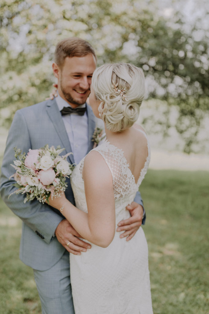 Brautpaar mit Rückenansicht der Braut