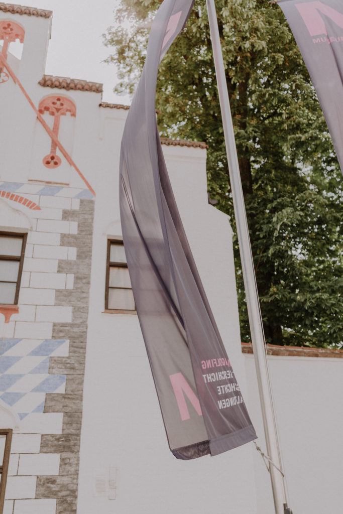 Fahnen vom Museum in Dingolfing