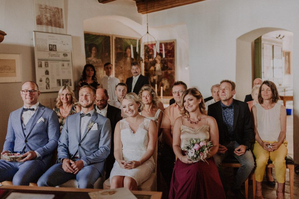 Hochzeitsgäste warten gespannt und folgen der Trauung