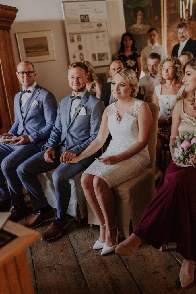 Brautpaar ist während der Trauung gerührt
