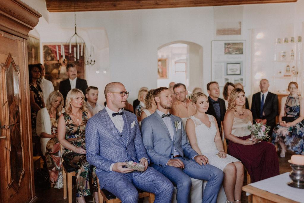 Hochzeitsgäste warten auf den Trauungsakt