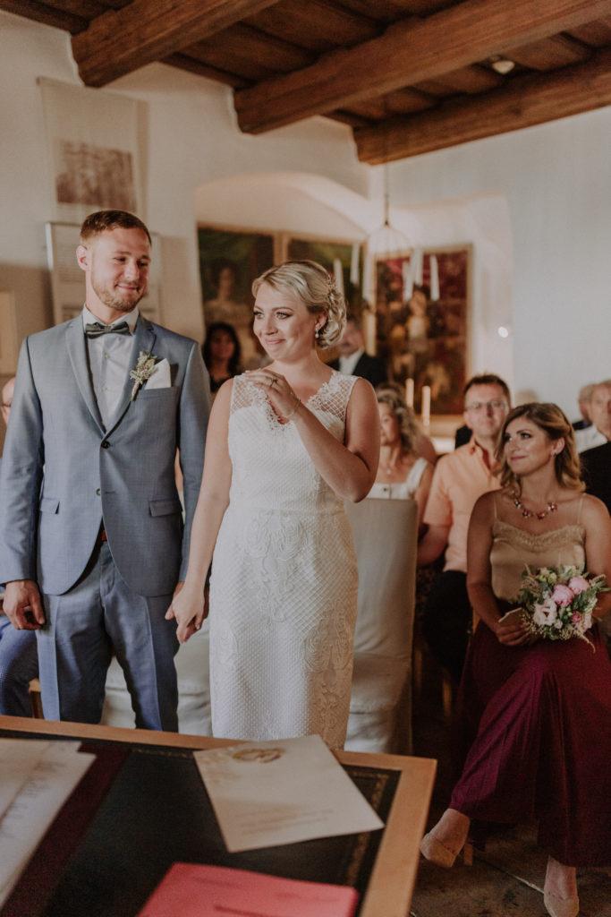 Brautpaar steht vor dem Traugelübte