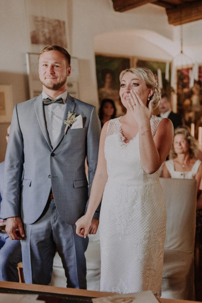 Braut muss sich die Tränen verkneifen