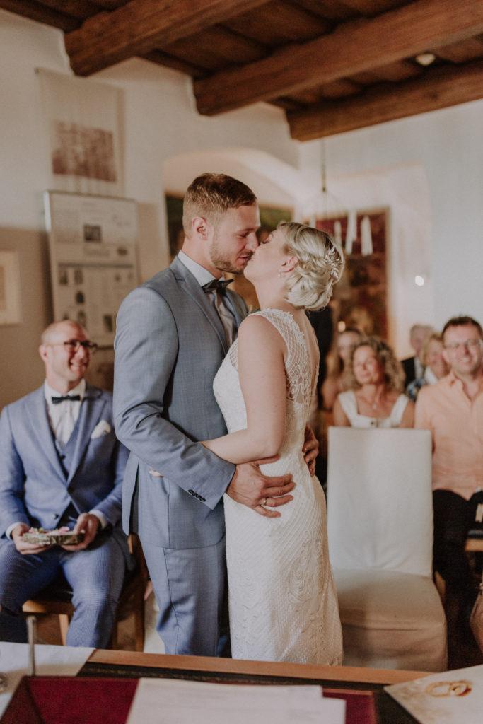 Brautpaar steht kurz vor dem Kuss