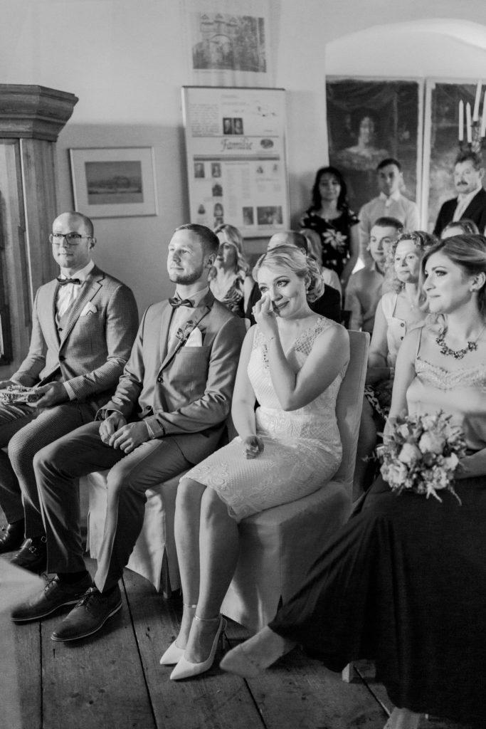 Braut wischt sich die Freudentränen weg