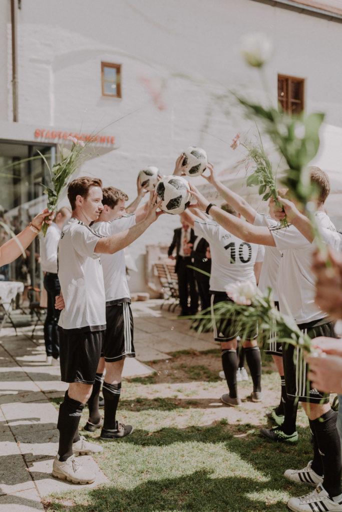 Begrüßung der Frischeremählten durch eine Fußballmannschaft
