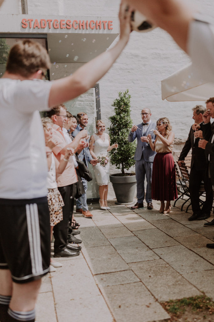 Brautpaar erblickt ihre Spaliersteher