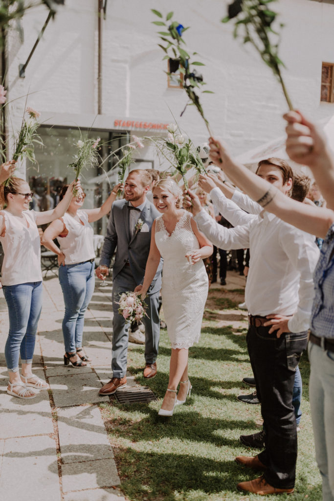 Brautpaar schreitet durch den Spaliergang